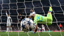 Football Soccer - Real Madrid v Napoli - UEFA Champions League Round of 16 First Leg - Estadio Santiago Bernabeu, Madrid, Spain - 15/2/17 Real Madrid's Karim Benzema scores their first goal  Reuters / Susana Vera Livepic